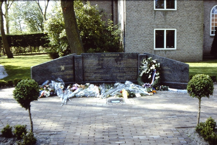 piershil-monument-4mei1998-01