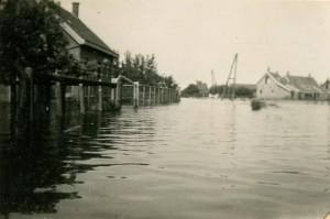 Inundatie, de boerderij (voorhuis links) staat in het water