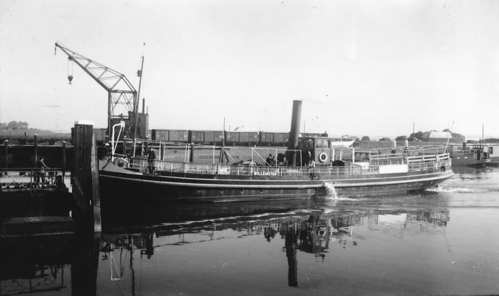s.s. WILLEMSTAD te Numansdorp Haven. Foto ongeveer 1941, dr. H.J. van Zuylen