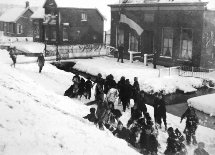 piershil-school-halfstok-maart-1946