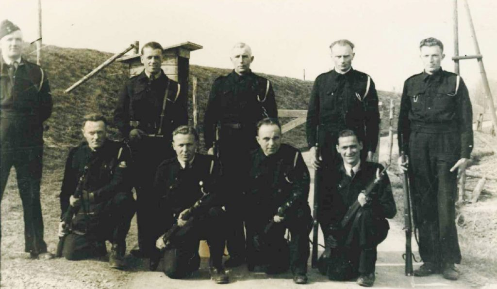 Bewakers poseren bij de entree van het fort.